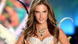 Dünyaca ünlü model Alessandra Ambrosio, üstsüz pozuyla mest etti