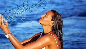 Sosyetik güzel Eda Taşpınar, bikinisiyle kayalıkların üzerinde poz verdi