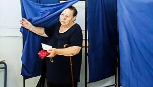 Yunanistan'da maskeli grup, oy sandıklarını çaldı