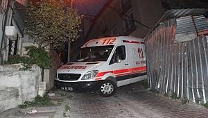 Ambulans askıda kaldı, vatandaşlar asılarak dengede tutmaya çalıştı