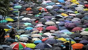 Hong Kong'da hükümet karşıtı protestolar yağmura rağmen devam ediyor