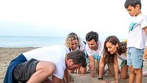 Kıvanç Tatlıtuğ ve ünlü oyuncular caretta carettaları denize kavuşturdu