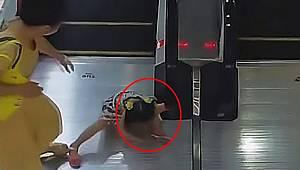 Kız çocuğunun kolunu yürüyen merdivene sıkıştırdığı anlar kameraya yansıdı