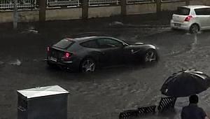 Milyonluk Ferrari su birikintisinde böyle mahsur kaldı