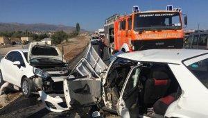 Sivas'ta otomobiller çarpıştı: 1 ölü, 2 yaralı