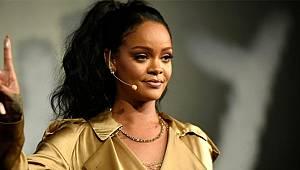 Şarkıcı Rihanna, göğüslerini sallayarak dans etti