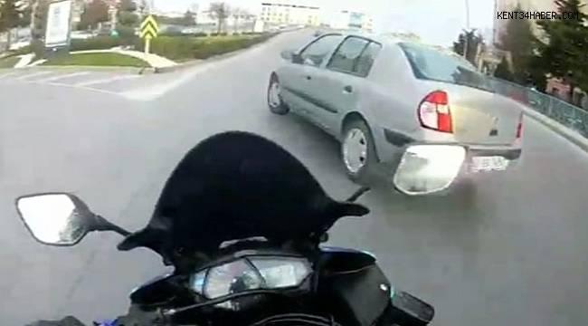 Motosikletli aniden yola çıkan otomobile çarptı