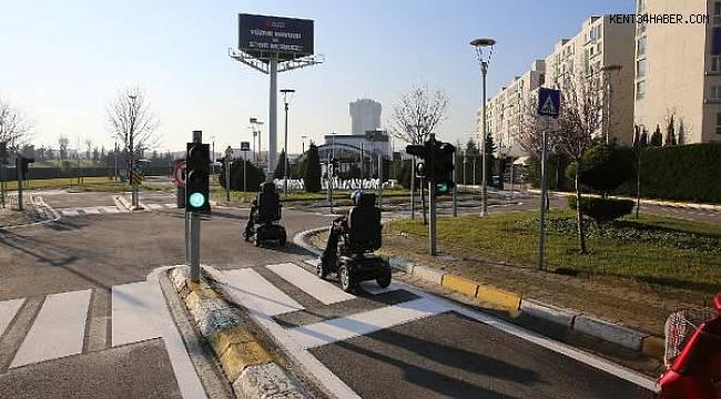 Öğrencilere akülü araçlarla uygulamalı trafik eğitimi veriliyor