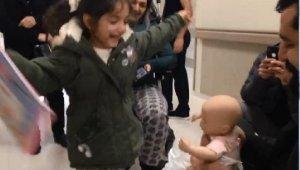 En anlamlı buluşma:Kazada kaybolan bebeğine kavuşunca havalara uçtu