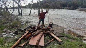 Serik'te ırmak taştı, işletmeler ve tarım arazilerini su bastı