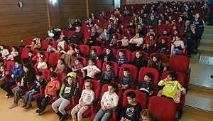 Ümraniyeli çocuklar tiyatro salonlarını doldurdu