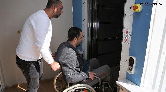 Engelli genç yaptırılan asansör sayesinde 12 yıl sonra sokakla buluştu
