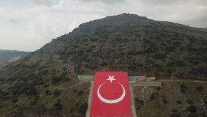 Terörist başının resmi yerine Türk bayrağı yapıldı