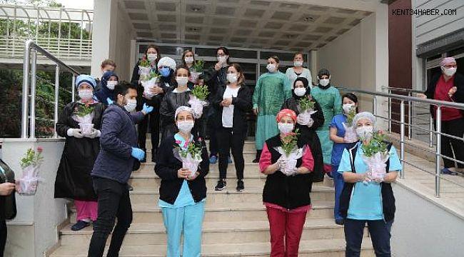 Sağlık çalışanlarına hastanede Anneler Günü süprizi
