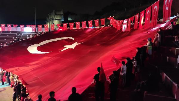 Selalar Eşliğinde Dev Türk Bayrağı Açıldı