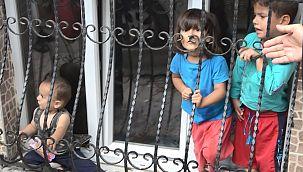 Suriyeli çocuklar evde mahsur bırakıldı