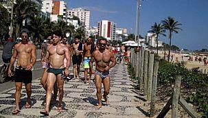 Ülke salgından kırılırken onlar plaja koştu